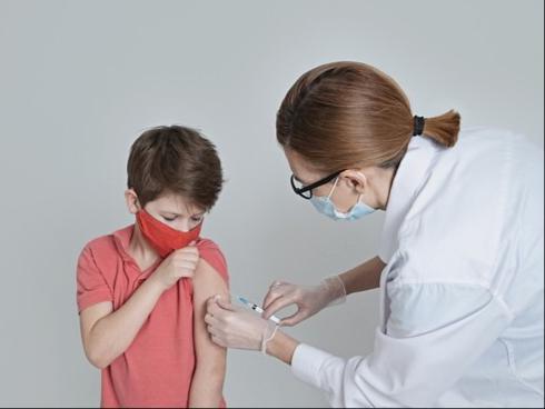 Países como Estados Unidos, Espanha e China já iniciaram aplicação da vacina Pfizer em crianças e adolescentes.
