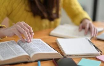 A redação figura como um grande desafio para os estudantes no Brasil. - Foto: Freepik/Divulgação